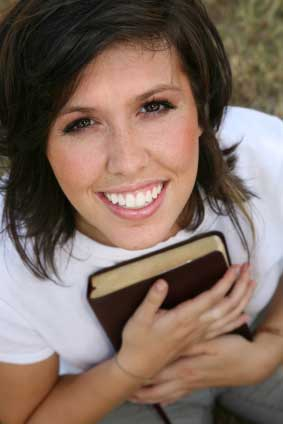 psalm-119-girl-and-her-bible